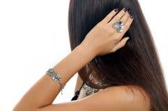 La mujer hermosa con el pelo largo demostró el accesorio de plata y Fotos de archivo libres de regalías