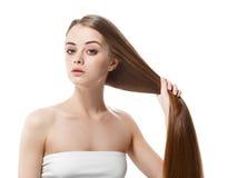 La mujer hermosa con el pelo largo sano mantiene el pelo disponible con la naturaleza para componer fotos de archivo