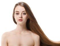 La mujer hermosa con el pelo largo sano mantiene el pelo disponible con la naturaleza para componer imágenes de archivo libres de regalías