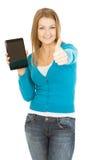 La mujer hermosa con la tableta muestra el pulgar para arriba Foto de archivo libre de regalías