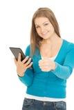 La mujer hermosa con la tableta muestra el pulgar para arriba Fotografía de archivo libre de regalías