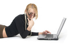 La mujer hermosa con las computadoras portátiles. Fotografía de archivo