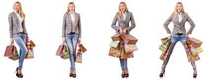 La mujer hermosa con los bolsos de compras aislados en blanco foto de archivo libre de regalías