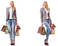 La mujer hermosa con los bolsos de compras aislados en blanco fotos de archivo