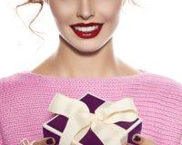 La mujer hermosa con maquillaje de la tarde toma la caja con el presente Imagen de archivo libre de regalías