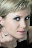 La mujer hermosa con smokey eyes maquillaje foto de archivo