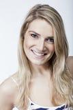 La mujer hermosa con un precioso trata sonrisa con suavidad Fotografía de archivo libre de regalías