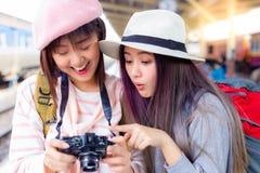 La mujer hermosa consigue excitada cuando mujer turística para ver la foto maravillosa en la cámara y decir guau que hace su risa imagenes de archivo