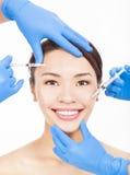 La mujer hermosa consigue inyecciones cosméticas en su cara Imagen de archivo