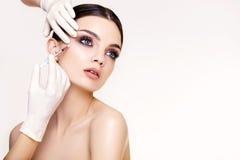 La mujer hermosa consigue inyecciones. Cosmetología. Cara de la belleza imagen de archivo libre de regalías