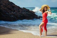 La mujer hermosa corre lejos de ondas en la playa Fotografía de archivo libre de regalías