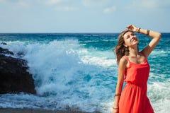 La mujer hermosa corre lejos de ondas en la playa Fotos de archivo libres de regalías