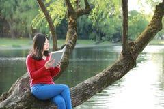 La mujer hermosa de la naturaleza china asiática linda feliz que la muchacha en un parque de la primavera disfruta de tiempo libr Imagen de archivo libre de regalías