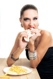 La mujer hermosa del encanto está comiendo los alimentos de preparación rápida Imagen de archivo