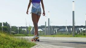 La mujer hermosa del patinador al aire libre goza almacen de video