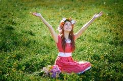 La mujer hermosa disfruta de un nuevo día en la primavera Fotos de archivo libres de regalías