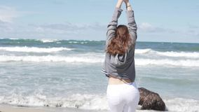 La mujer hermosa disfruta en el mar y la libertad Licencia fuera de la estaci?n almacen de metraje de vídeo