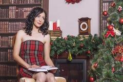 La mujer hermosa en Año Nuevo el interior es fuerte y de moda Imagen de archivo