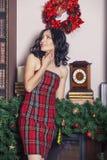 La mujer hermosa en Año Nuevo el interior es fuerte y de moda Fotos de archivo libres de regalías