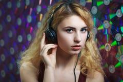 La mujer hermosa en auriculares se divierte y escucha música Fotografía de archivo libre de regalías