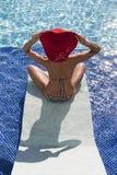 La mujer hermosa en bikiní se relaja en la piscina Foto de archivo