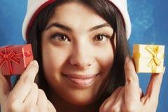 La mujer hermosa en la caja de regalo del Año Nuevo del control de Santa Claus presen Fotos de archivo libres de regalías