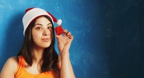 La mujer hermosa en la caja de regalo del Año Nuevo del control de Santa Claus presen Foto de archivo