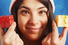 La mujer hermosa en la caja de regalo del Año Nuevo del control de Santa Claus presen Foto de archivo libre de regalías