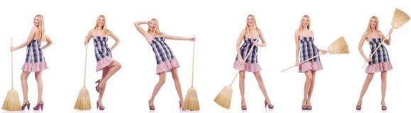 La mujer hermosa en concepto housecleaning foto de archivo