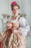 La mujer hermosa en la tenencia medieval del vestido subió foto de archivo