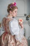 La mujer hermosa en la tenencia medieval del vestido subió fotos de archivo