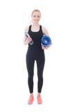 La mujer hermosa en ropa de deportes con la estera y agua de la yoga aisló o Imágenes de archivo libres de regalías