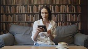 La mujer hermosa es libro de lectura en café almacen de metraje de vídeo