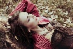 La mujer hermosa está descansando sobre la naturaleza Imagen de archivo libre de regalías