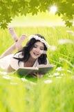 La mujer feliz leyó el libro al aire libre imágenes de archivo libres de regalías