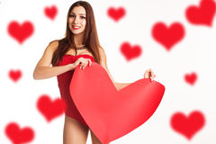 La mujer hermosa está llevando a cabo el corazón rojo de papel grande Foto de archivo