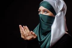 La mujer hermosa está practicando Islam imagenes de archivo