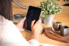 La mujer hermosa explora sitio web en línea de las compras Ciérrese encima de las manos de la mujer joven que hacen compras en lí Fotografía de archivo libre de regalías