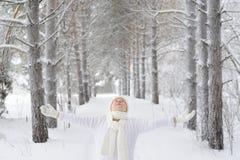 La mujer hermosa, feliz, sonriente disfruta la estación del invierno Fotografía de archivo libre de regalías