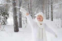 La mujer hermosa, feliz, sonriente señala un finger, con guantes Imagenes de archivo