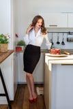 La mujer hermosa ha hecho la torta en cocina Imagen de archivo libre de regalías
