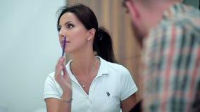 La mujer hermosa habla con el cliente metrajes