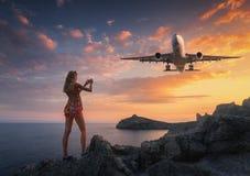 La mujer hermosa hace la foto de los aviones del aterrizaje fotografía de archivo