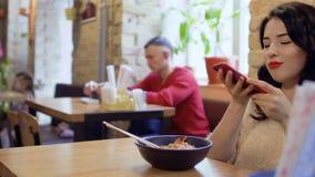 La mujer hermosa hace la foto de plato coreano almacen de video