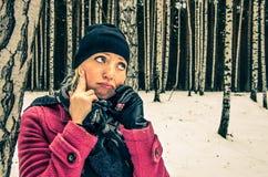 La mujer hermosa infeliz habla en el teléfono móvil Foto de archivo libre de regalías