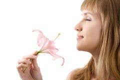La mujer hermosa inhala el aroma del lirio aislado imagen de archivo