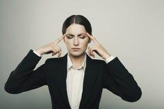 La mujer hermosa joven con dolor de cabeza aisló el tiro del estudio Foto de archivo