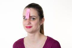La mujer hermosa joven con el post-it se pegó en la frente imágenes de archivo libres de regalías