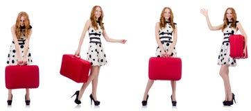 La mujer hermosa joven con la maleta roja fotos de archivo