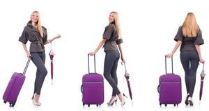La mujer hermosa joven con la maleta y el paraguas aislados en blanco foto de archivo libre de regalías